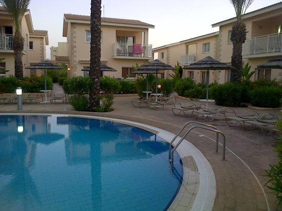 Tasia Maris Gardens Apartments: Pool area at end of day