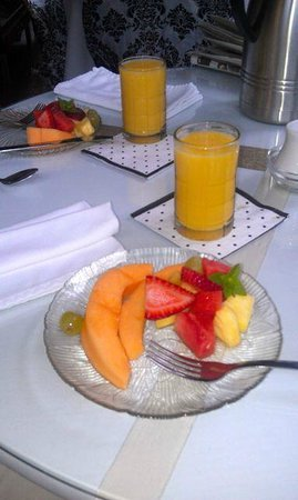 Culpepper Inn Bed and Breakfast: Delicious fresh fruit, ginger orange bread and OJ as first course for breakfast