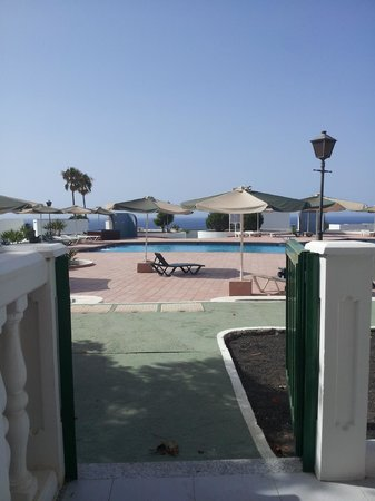 Loma Verde Aparthotel: Lovely view of the pool and the sea in the background