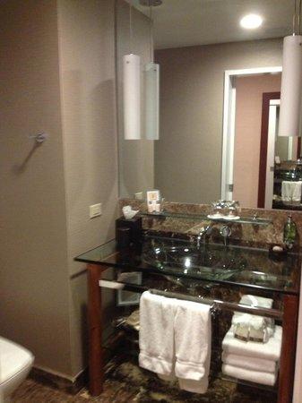 Hutton Hotel: Sink area
