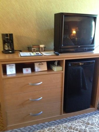 Days Inn Duluth/By Miller Hill Mall: Rm 230, three drawer dresser, tv, fridge, coffee maker