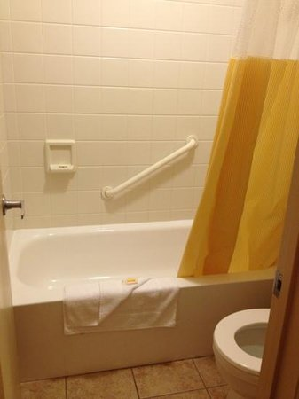 Days Inn Duluth/By Miller Hill Mall: Room 230, tiny but clean bathroom (dark area where tub meets floor is shadow, not mildew.