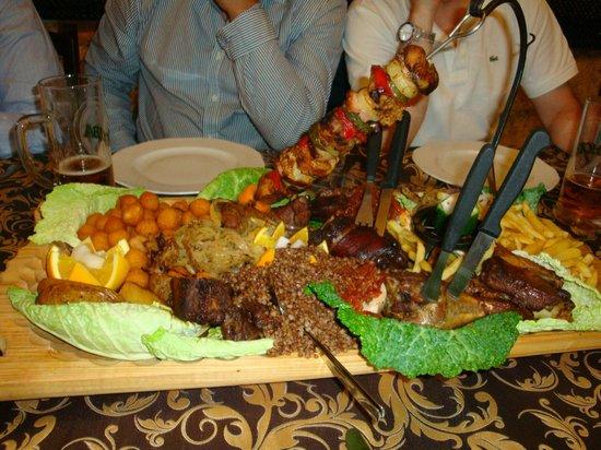 Restauracja Sasiedzi: Misto di carne alla brace su vassoio di legno