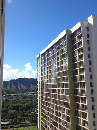 Aston at the Waikiki Banyan: 廚房後面是鑽石頭山