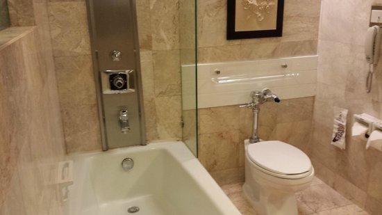 Asia Hotel Bangkok: Spacious bathroom