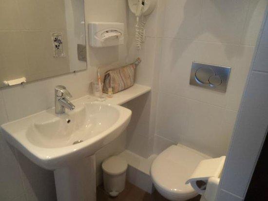 Kyriad Vannes Centre Ville: Salle de bain