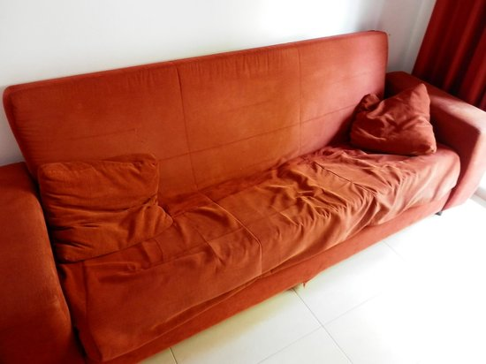 Salou Mediterraneo Apartments: canapé défoncé