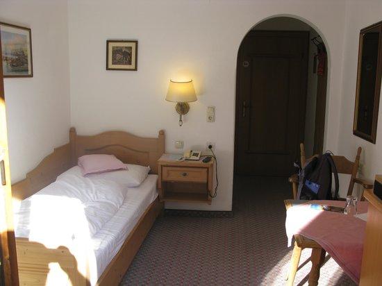 Alpenhotel Kramerwirt: Single room facing inwards from balcony