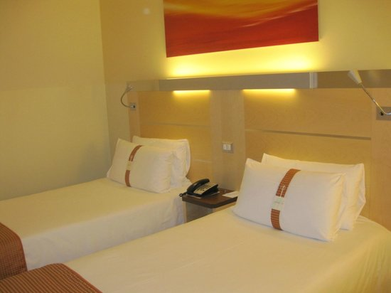 Holiday Inn Express Milan-Malpensa Airport: 2 bed bedroom