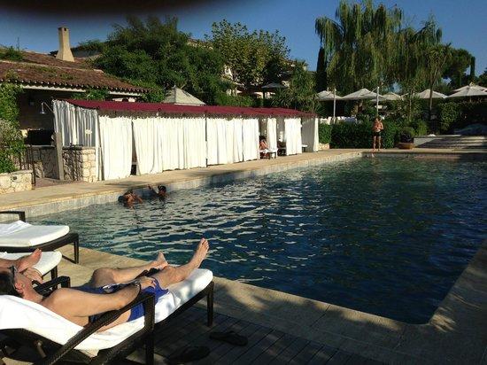 Le Mas de Pierre : Vista de la piscina, con las poquísimas cabinas que ocupan 2 lados. Al fondo, terraza-comedor.