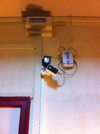 Inter-Hotel Majestic : L'installation wifi de l'hôtel sur une multi-prise dans l'escalier