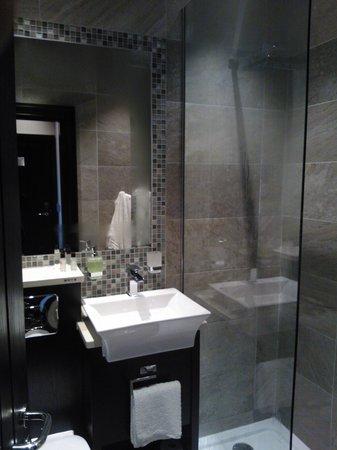 Torrance Hotel: Shower room - the shower head is huge!
