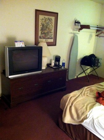 Motel 6 Saukville : TV - Room area.