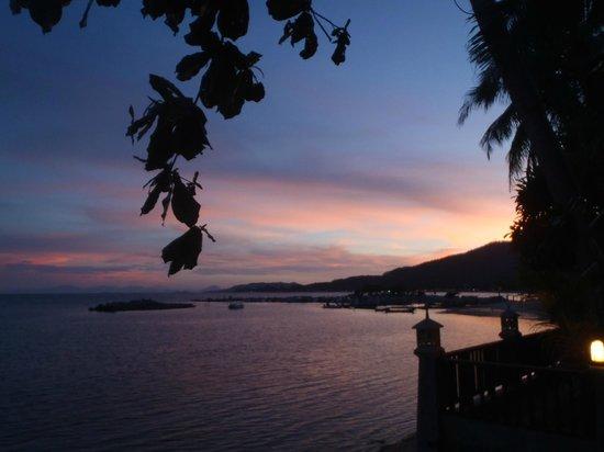 Weekender VIlla Beach Resort : sunset from pool