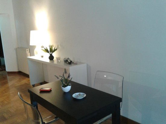 B&B Un Posto a Roma: table and chairs