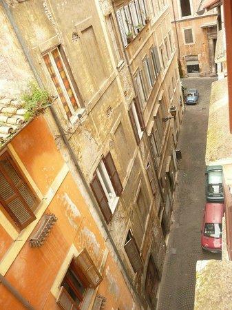 """B&B Un Posto a Roma: View of the """"Vicolo"""" narrow street from Cocoa room"""