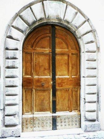 Main door of B&B Un Posto a Roma