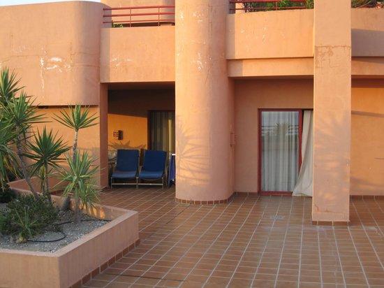 Almunecar Playa Spa Hotel: Terraza de la suite con salón