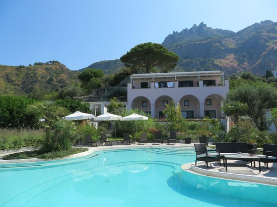 Tenuta del Poggio Antico: Вид на отель от бассейна