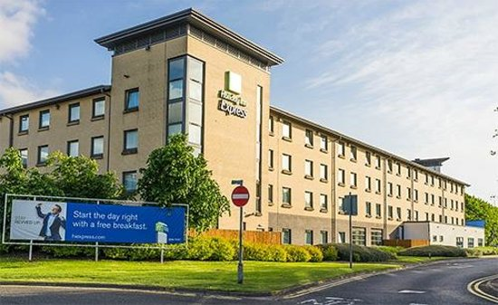 Holiday Inn Express Glasgow Airport: Hotel from opposite end, main entrance is far end, but this is view if you walk from Long Stay c