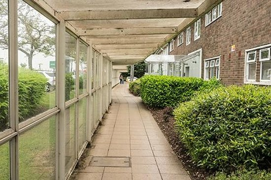 Holiday Inn Express Glasgow Airport: The covered walkway between hotel and terminal