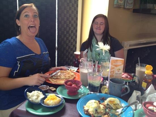 Goodness Gracious Catering & Cafe: great breakfast with fun friends...we'll be back!;-)