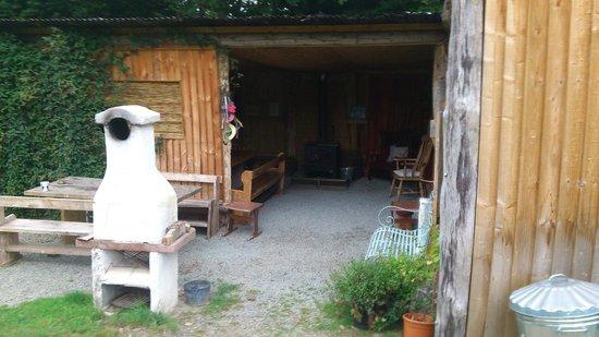 Cae Wennol Yurts: Communal kitchen and lounge