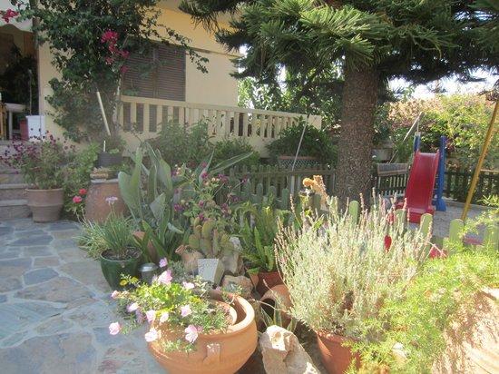 Raisakis Apartments: Il giardino 3