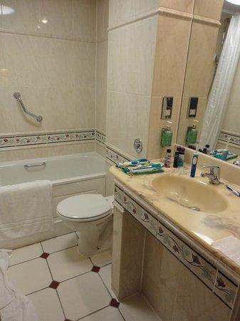 Best Western Grosvenor Hotel: small bathroom for the family room