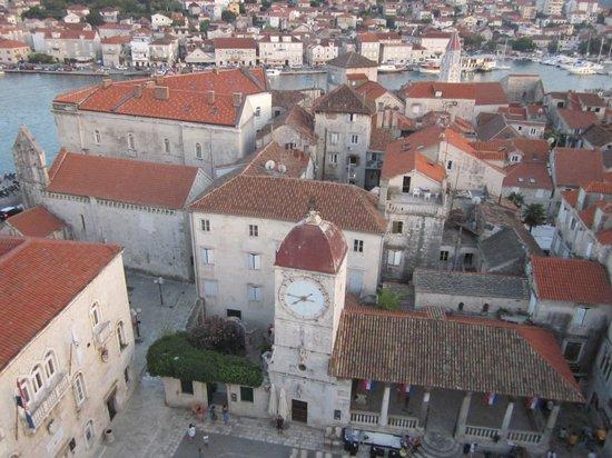 Pizzeria Mirkec: Vista dall'alto di Trogir, Mirkec sulla piazza che guarda le barche