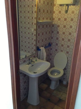 Hostal Montana: Bathroom