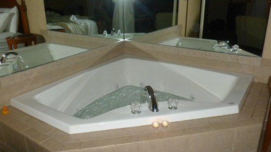 Skaneateles Suites: Jacuzzi for two