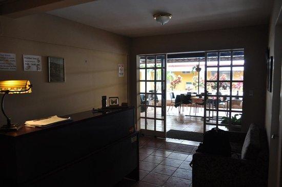 Puerta del Sol Hotel: Loby con vista el comedor y la piscina.
