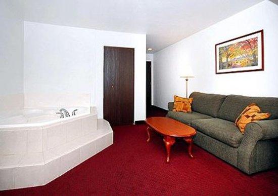 Comfort Inn Bolivar: Spacious suite with whirlpool bathtub