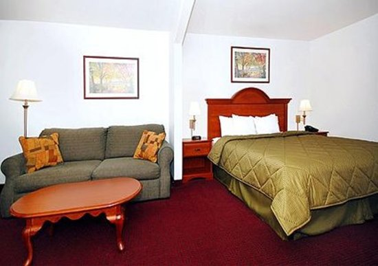 Comfort Inn Bolivar: King suite with sitting area
