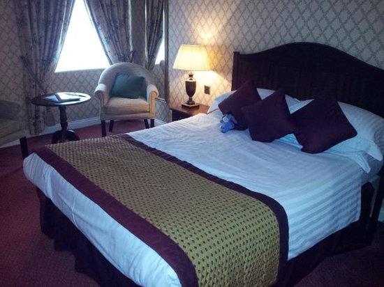 Grosvenor Pulford Hotel & Spa: Bedroom viewed from door (superior room)