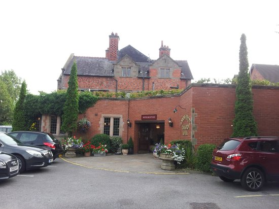 Grosvenor Pulford Hotel & Spa: Hotel entrance viewed from car park