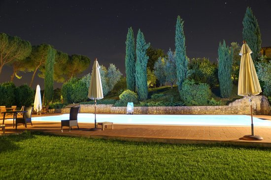Tenuta Mormoraia: Swimming pool at night
