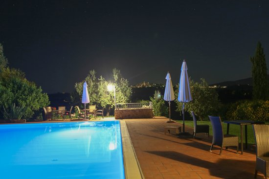 Tenuta Mormoraia: Swimming pool at night with view of San Gimignano