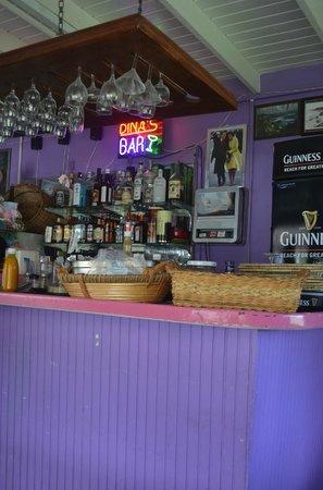Dina's Bar & Cafe: Le bar