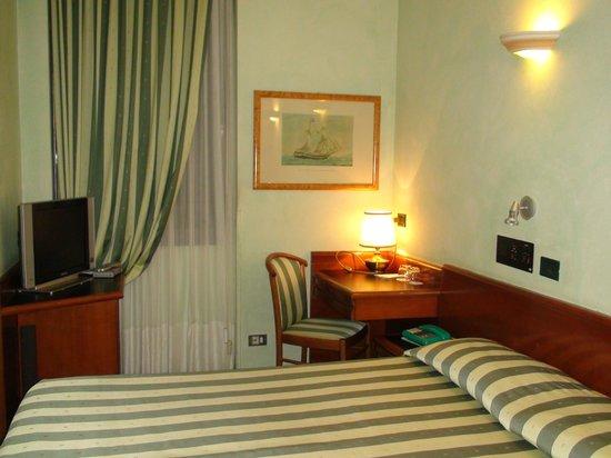 Flora Hotel: Room