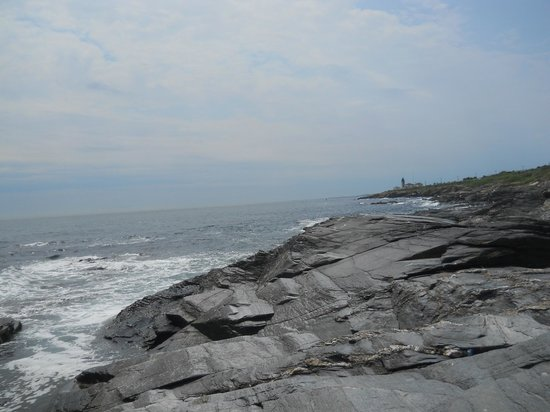 Beavertail Lighthouse and Park: Gorgeous view, bring your fluffy cushions from your lawn furniture