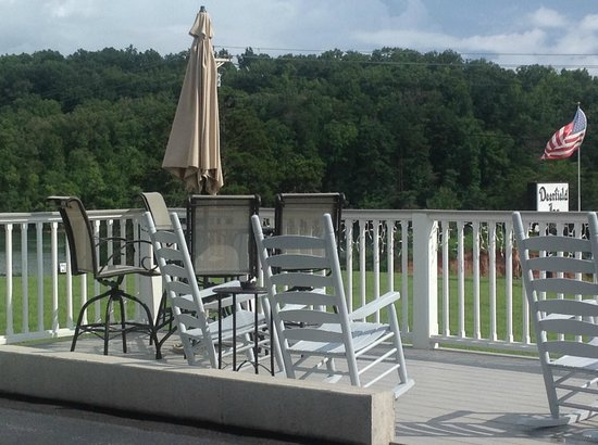 Deerfield Inn: Inviting rocking chairs
