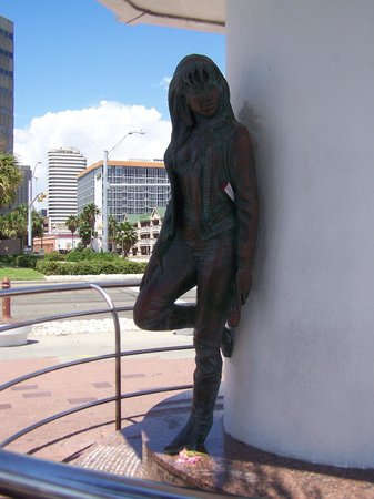 Selena Museum: Selena Statue