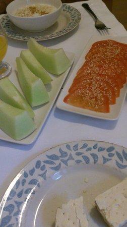 Vilafranca Petit Hotel: Petit dej : pain, tomate huile d'olive et graine de sésame, melon vert