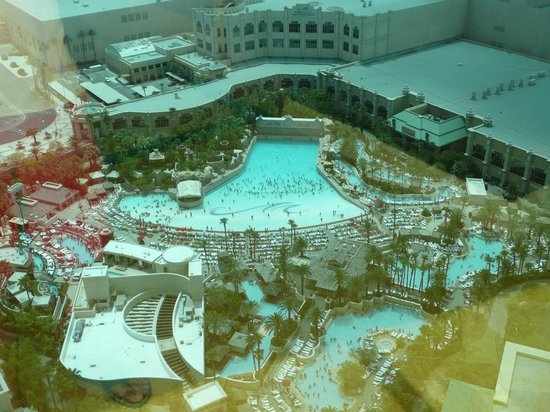 Four Seasons Hotel Las Vegas: The mandalay bay and four seasons wave pool