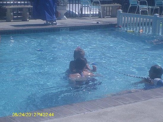 Le Boot Oceanfront Suites : atmosphere at the pool is family rated! No wildness or craziness, just good ole family fun!