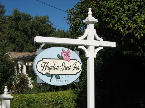 Haydon Street Inn B & B: Sign out front