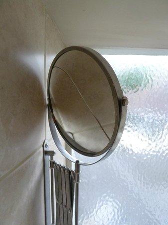 Guildhall Tavern Hotel & Restaurant: Broken mirror