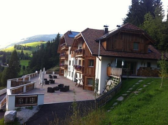 Baron: vista dell'hotel dalla zona barbecue